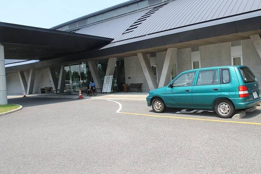 120台駐車できるスペースがあり、身障者専用駐車<br />スペースは玄関に向かって右側に1台分あります。
