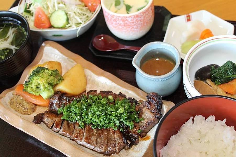 和牛網焼定食 1,500円(牛網焼・小鉢・茶碗蒸し・御飯・漬物・お吸物・サラダ)
