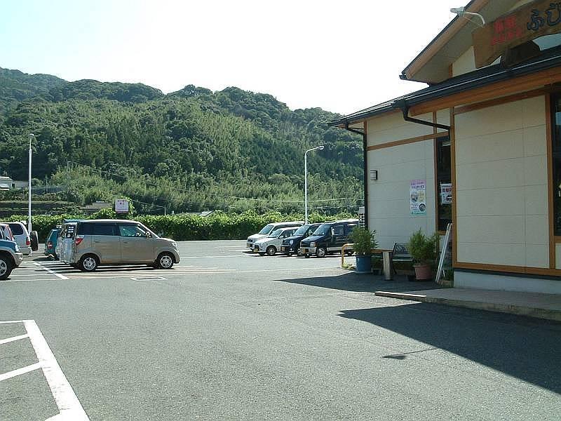 ジョイフル中里店と本店舗の間に駐車場へ行く通路があります。お隣ジョイフル中里店との共同駐車場で駐車台数は約50台です。