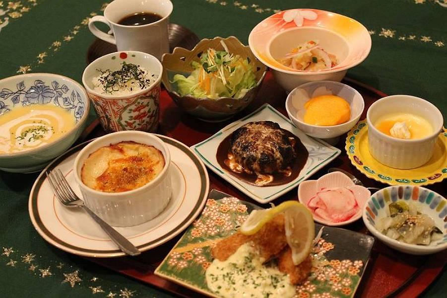 ニセイランチ 1,365円<br />スープ・サラダ・小鉢・魚介のマリネ・マカロニグラタン・ハンバーグ・白身魚と季節野菜のフライ・しそご飯・漬物・フルーツ・プチケーキ<br />・ドリンク:コーヒー・紅茶・緑茶・ハーブティー・オレンジジュース・ウーロン茶
