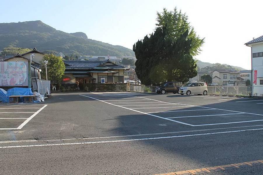 店舗の前に27台が停められる駐車場があります。