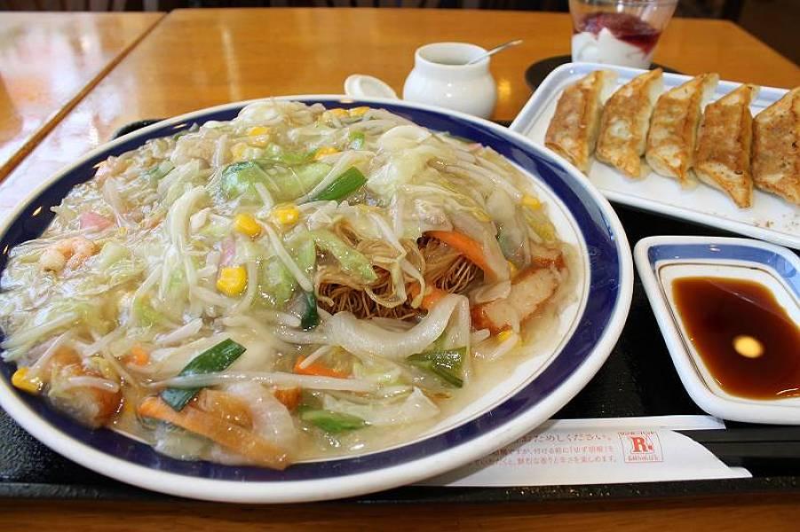 長崎皿うどんセット 860円(長崎皿うどん・餃子5個・杏仁豆腐)