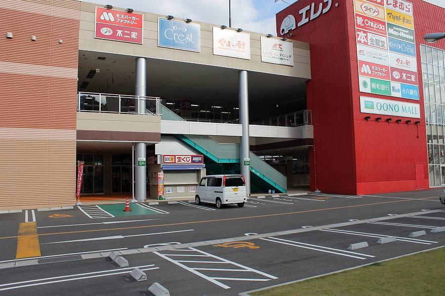 店舗すぐ横にあるこちらの駐車場が一番便利です。身障<br />者用駐車場が3台分あります。緩やかな傾斜で段差はあ<br />りません。また2階駐車場には、1台分の身障者用駐車ス<br />ペースがあります。エレベーターで1階に下りると雨がか<br />りなく店舗へ入ることができます。
