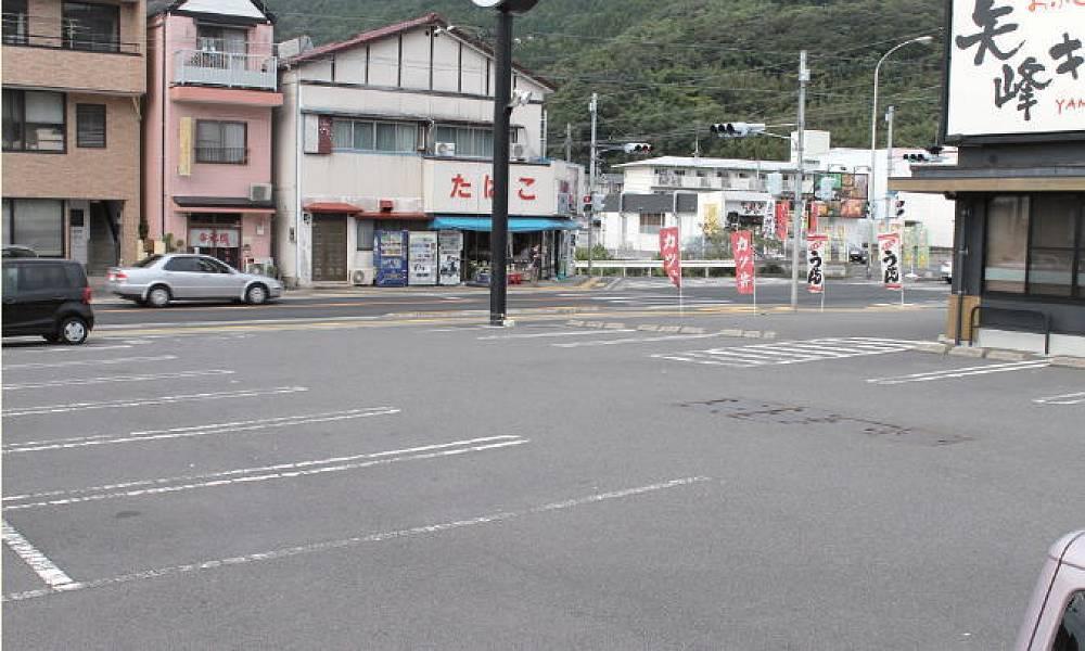 駐車場の様子<br />店舗前に22台分の駐車スペースがあります。駐車場から店舗に向かって緩やかな傾斜となっています。