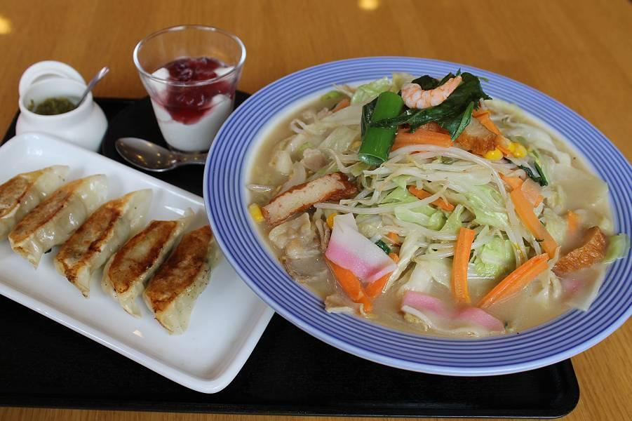 野菜たっぷりちゃんぽんセット 1,020円<br />(野菜たっぷりちゃんぽん・餃子5個・杏仁豆腐)