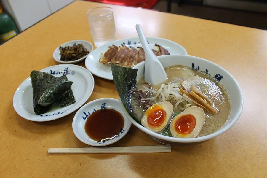 昭和ラーメン 720円<br />おにぎり( 2個)200円 餃子 350円
