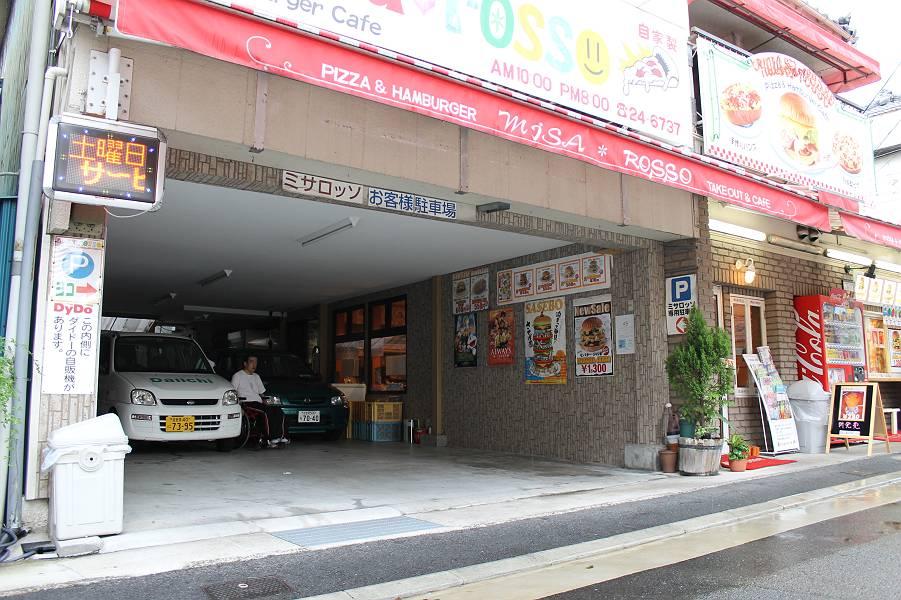 第一駐車場の様子<br />店舗の左隣に4台分の駐車スペースが有ります。屋根付き駐車場なので雨天でも濡れません。天井までの高さは2m25cmです。