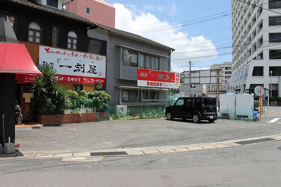 店舗前に6台分の駐車スペースがあります。