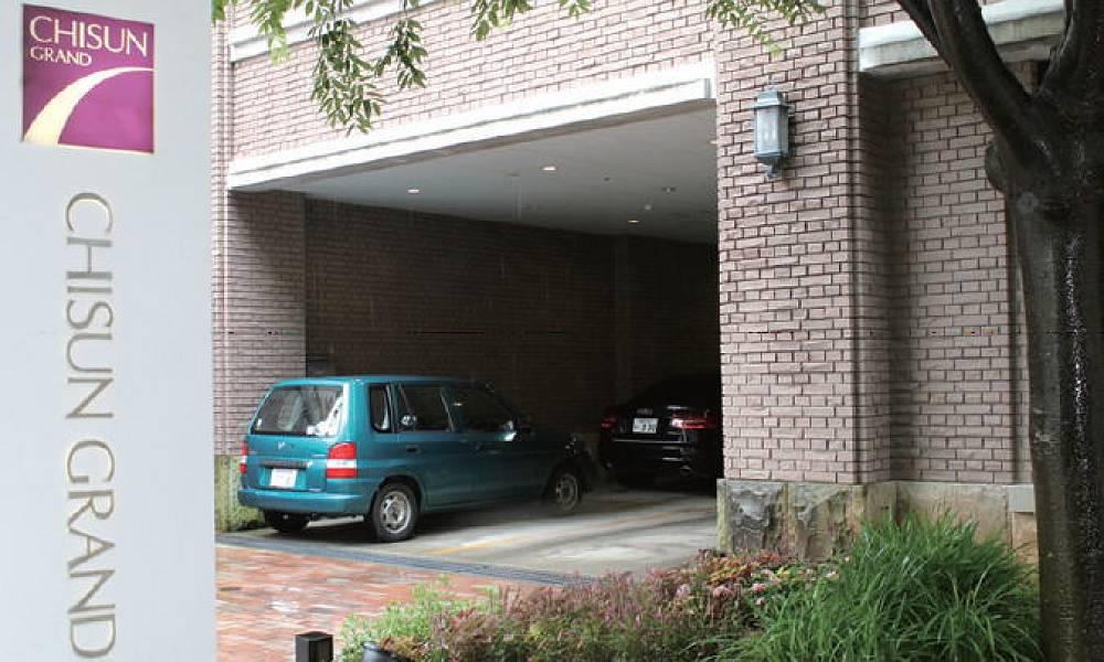 駐車場はビル1F入口の左側にあります。飲食での駐車場利用は1時間無料、その後30分150円です。障害者の方は、ホテルの玄関前に車を止めて降りることも可能です。駐車場係の方が誘導してくれます。