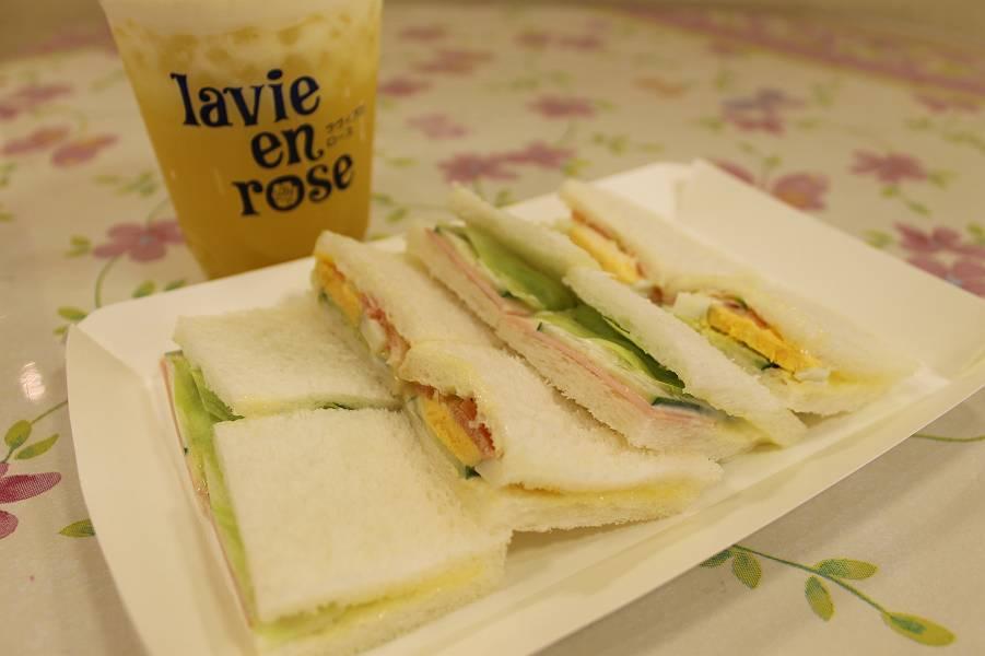 サンドイッチ(1皿) 300円 パインジュース 350円