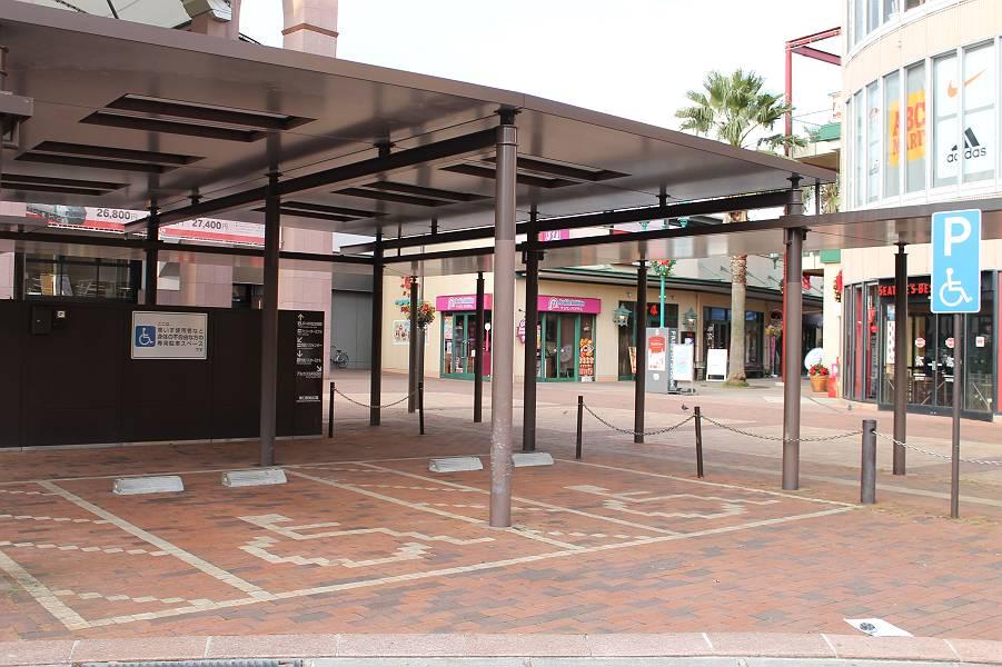 駅前に2台分の身障者用駐車スペース<br />(屋根付き)があり、利用は無料です。