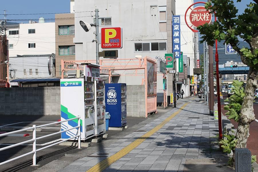 国道35号線沿い、京町交差点から体育文化館入口<br />交差点に向かう途中の左側にあります。