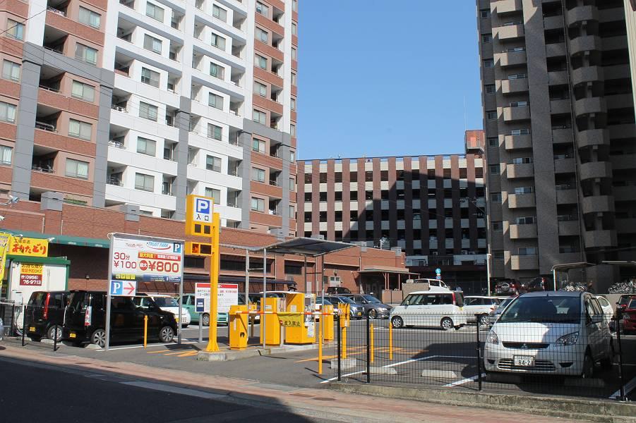店舗からエレナ京坪店へ向かって50m先、右側にコインパーキングがあります。駐車台数は39台です。30分100円です。
