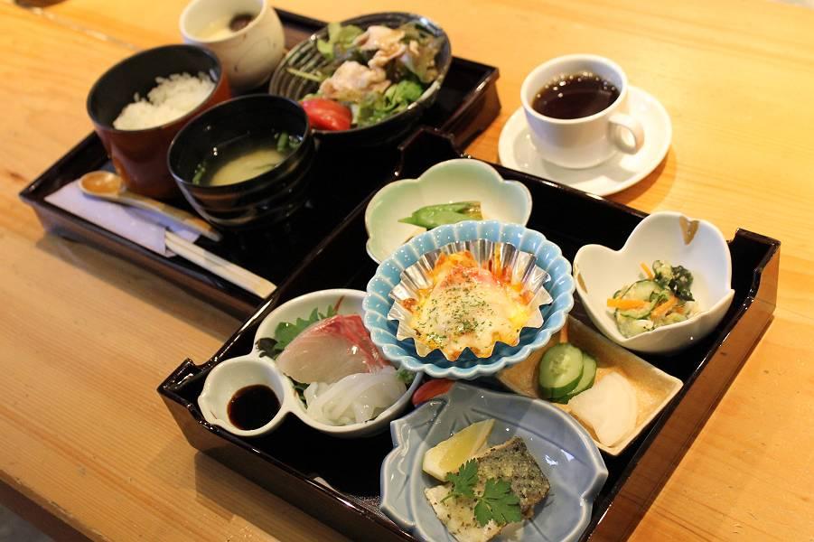 菜娯味御膳 1,000円<br />(ご飯・味噌汁・茶碗蒸し・サラダ・小鉢5種類・香の物)