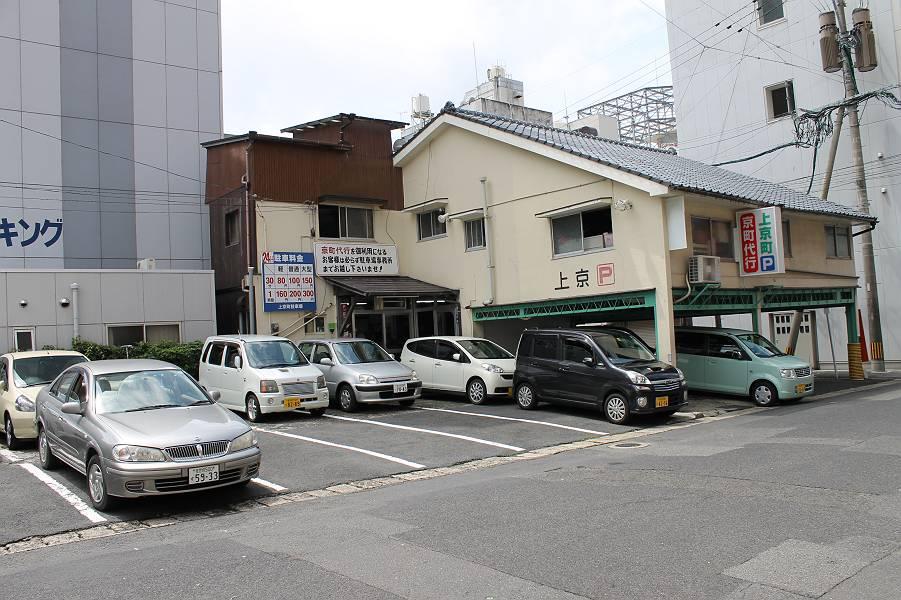 国道35号線を(佐世保駅に向かって)永田宝石店から左折した所にあります。クルマは駐車場の方が車庫入れしてくれます。