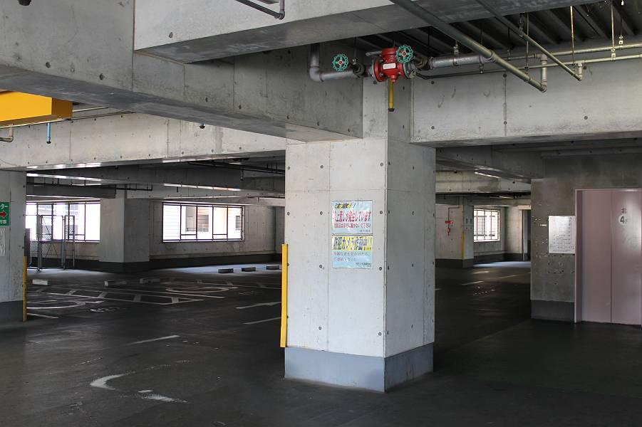 駐車場は自走式で、入口はMRの線路側にあります。この写真は4階です。雨がかりなくエレベ-ターで1階まで行けますが、店舗へは一旦外に出て下さい。駐車場から降りてくるスロープは勾配も1/15と緩やかです。