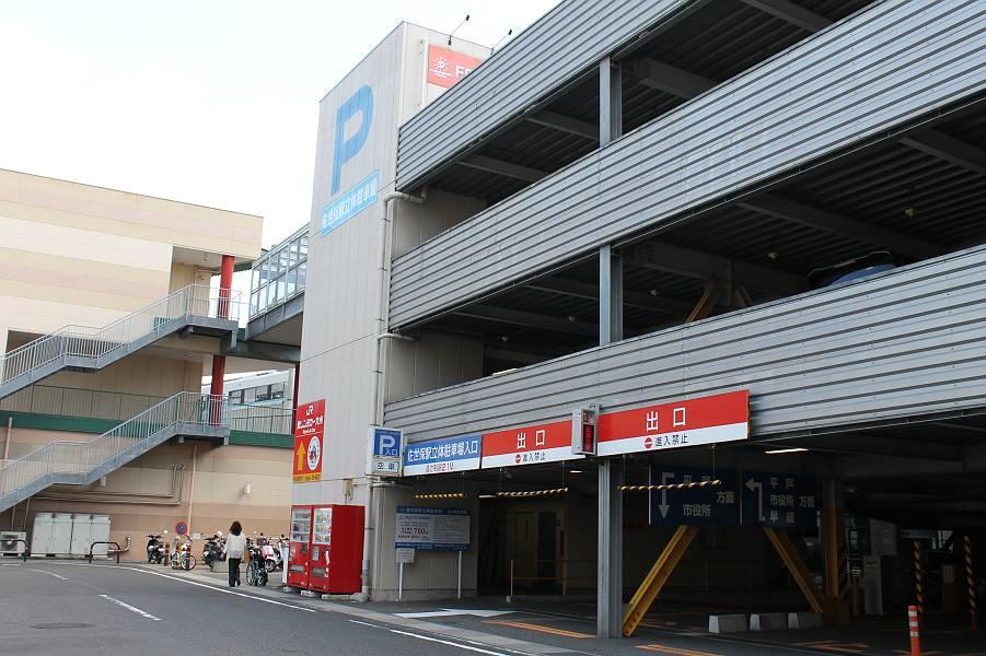 フレスタのすぐ横に立体駐車場があり、この1階に3台分の身障者用駐車スペースがあります。車イスでは、一旦写真の道路に出て、フレスタビル脇のスロープ(幅員1m50cm・勾配1/14)を上っていきます。店舗まではおよそ50mです。2,000円以上の飲食で200円の駐車サービス券をもらえます。