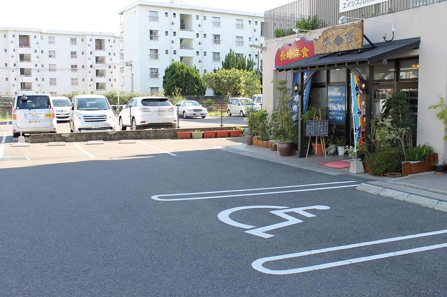 店舗前に9台分の駐車スペースがあり、入口前には身障者用スペースが1台分あります。