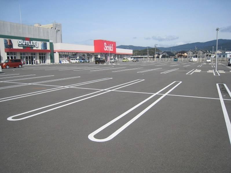 クロスガーデン広田の合同駐車場は500台を超える駐車が可能です。身障者用駐車スペースも各大型店舗前に8台分確保されています。段差やスロープはありません。