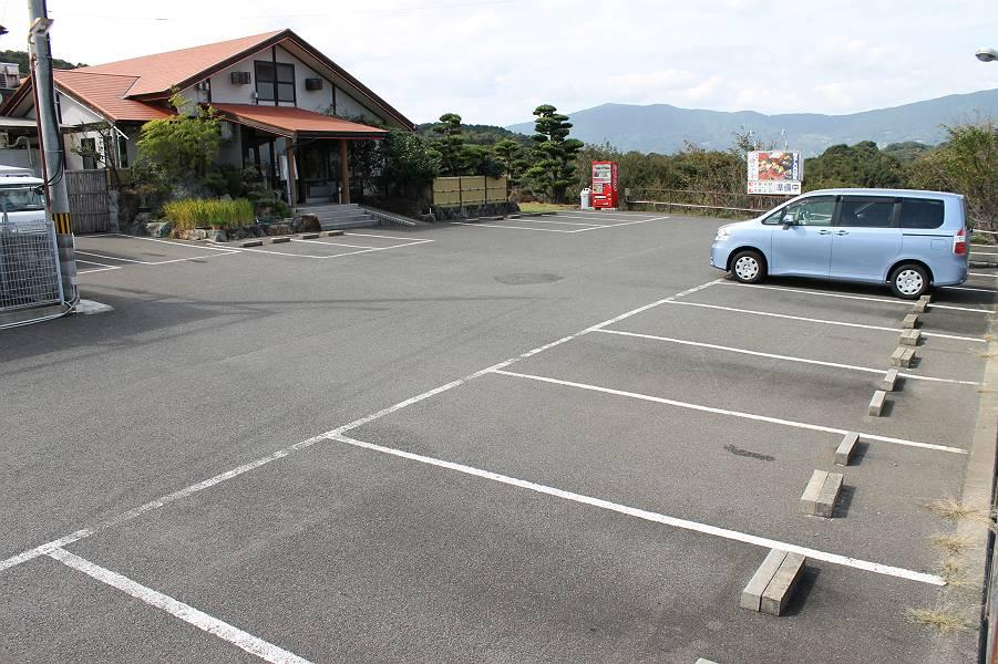 店舗の入口前に5台、写真右手前に15台、あわせて20台分の駐車スペースがあります。特に、玄関傍に停めると車イスからの乗り降りがスムースです。
