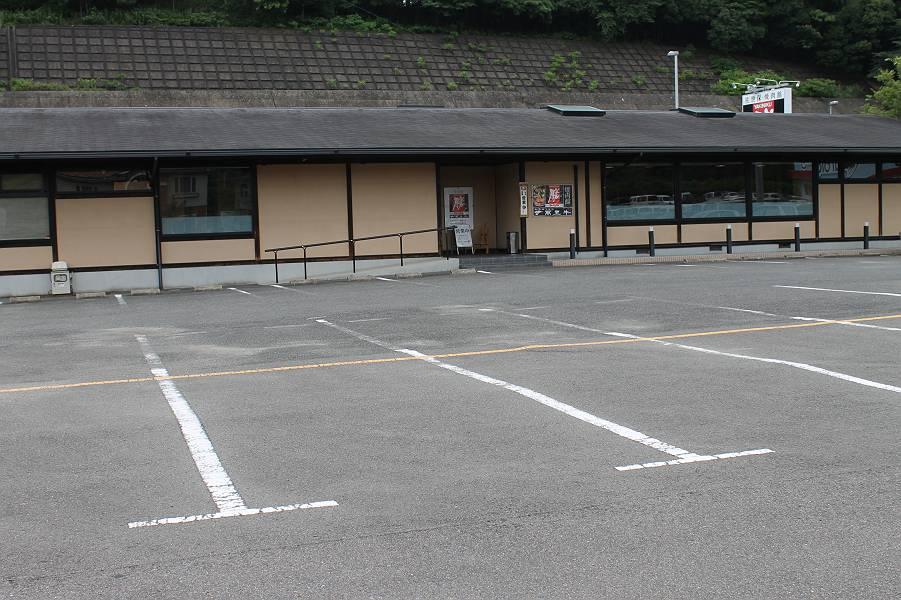 店舗正面に広々と33台分の駐車場があります。