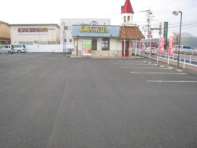 道路から目に付きやすく、入りやすい入口です。4店舗の複合駐車場で120台以上の駐車スペースがあります。駐車場には一部1/12の勾配 があります。