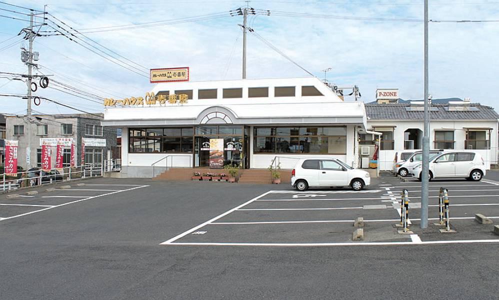 県道から目につきやすく、入りやすい入口です。店舗正面に身障者用駐車スペース があります。