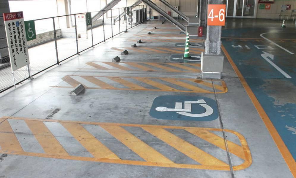 イオン大塔ショッピングセンター4階の身障者用駐車スペースは中央エレベーターの入口の左側に4台分と、右側に6台分あります。雨がかりもなく、ここが一番近くて便利です。他の階にも身障者用駐車スペースはあります。
