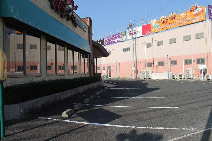 店舗の正面に29台分の駐車場があります。