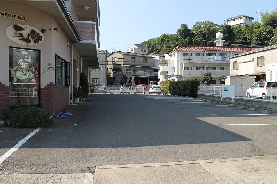 店舗のすぐ前に13台分の駐車場があります。