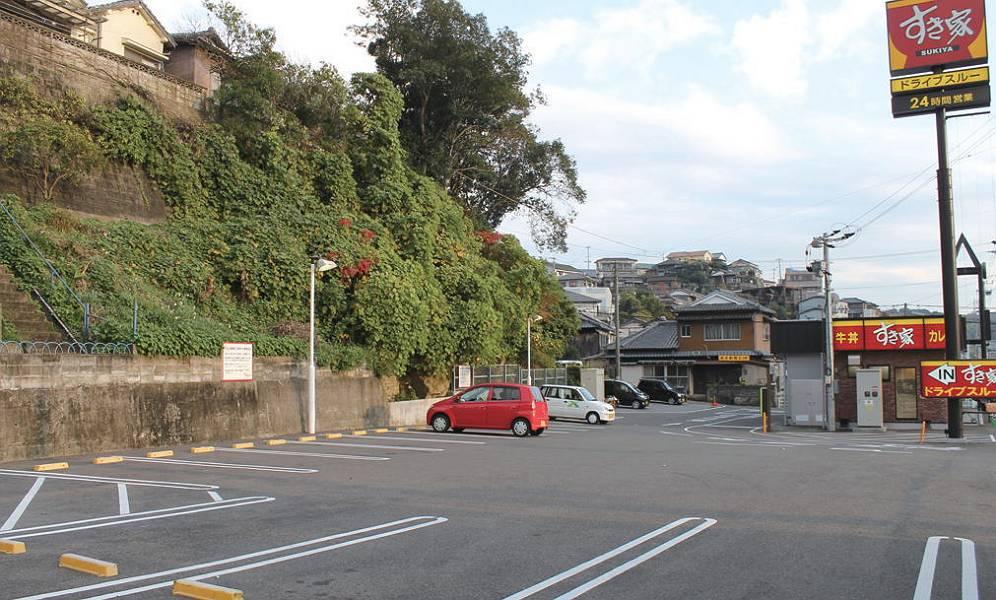 写真左側が駐車場で14台分のスペースがあります。
