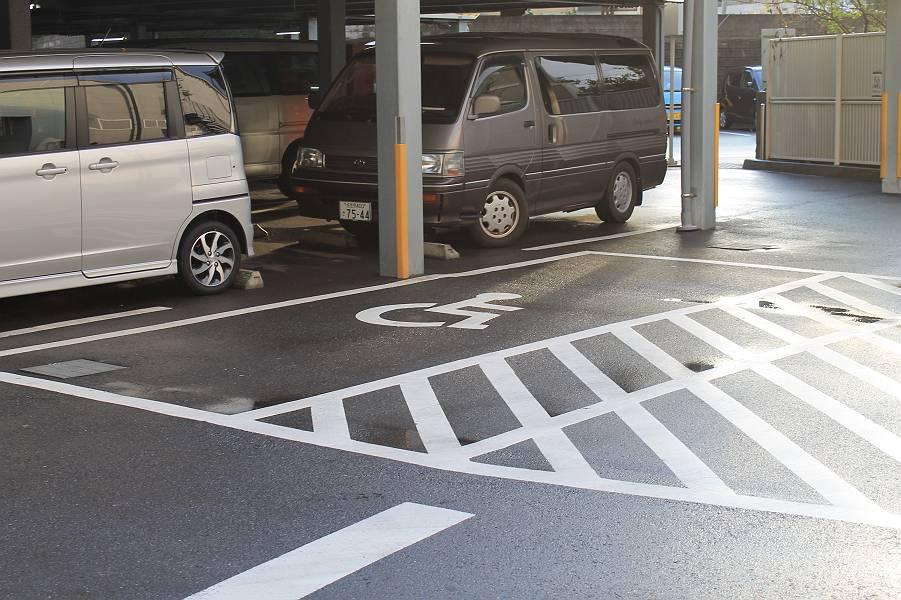 身障者用駐車スペースは1階に3カ所あります。写真が店舗正面で、立体駐車場の中に2台分の大きめの駐車スペースがあります。土・日・祝日は、警備員の方に声をかけるとカラーコーンを除けてくれます。